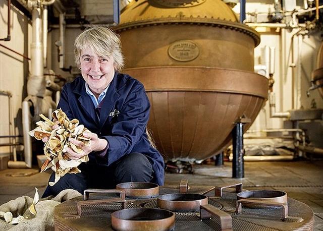 Master_distiller-Lesley_Gracie-hendricksgin-006